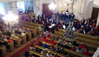 Koncert orkiestry symfonicznej Filharmonii Sudeckiej pod dyrekcją Jacka Rogali.